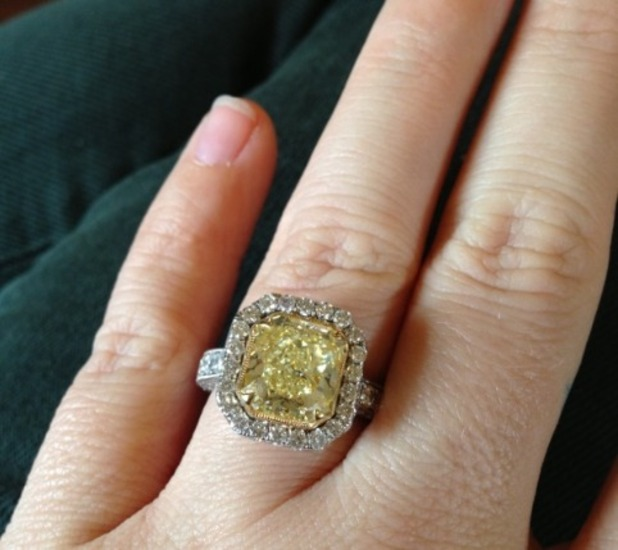 Kelly Clarkson tweets picture of engagement ring