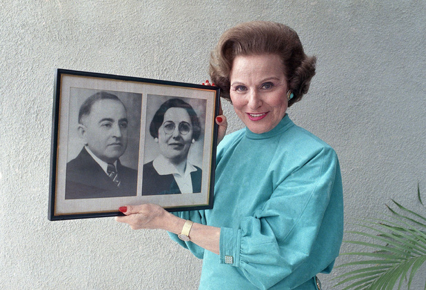 'Dear Abby' columnist Pauline Phillips (aka Abigail van Buren) in 1986 holding a photograph of her parents