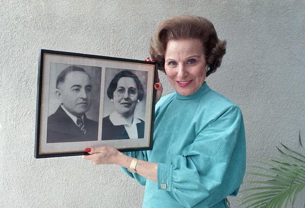 'Dear Abby' columnist Pauline Phillips (aka Abigail van Buren) in 1986 holding a photograph of her parents
