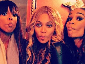 Beyonce posing with Kelly Rowland and Michelle Williams of Destiny's Child