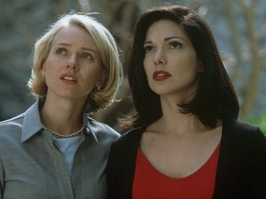 Still of Laura Harring and Naomi Watts in 'Mulholland Drive'