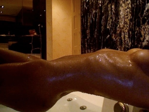 Jasmine Lennard posts a picture of her naked 'bath time break down'.
