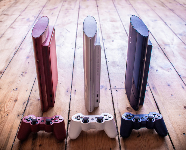 New images of the limited edition Azurite Blue and Garnet Red PS3 consoles