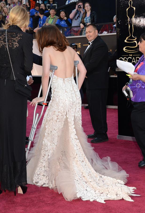 Kristen Stewart, Oscars 2013, crutches