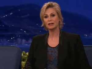 Jane Lynch raps 'Super Bass' on 'Conan'
