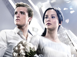 &#39;Hunger Games: Catching Fire&#39; poster featuring Katniss Everdeen and Peeta Mellark