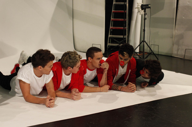 One Direction pose for Comic Relief