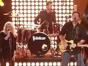 Levine, Blake Shelton, Usher perform on The Voice Season 4 premiere
