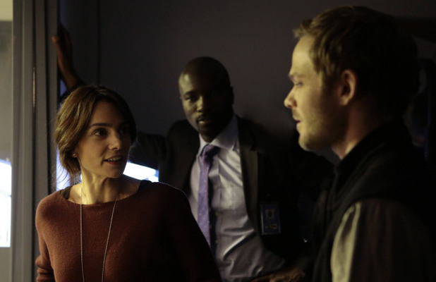 Special Agent Parker (Annie Parisse) and Weston (Shawn Ashmore) chat outside of an interrogation in The Following S01E13: 'Havenport'