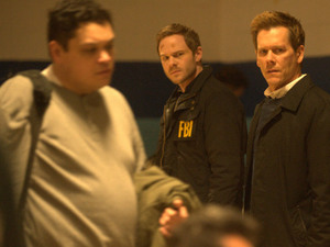 Weston (Shawn Ashmore), Ryan Hardy (Kevin Bacon) and Agent Parker (Annie Parisse) walk through the town evacuation center in The Following S01E14: 'The End Is Near'