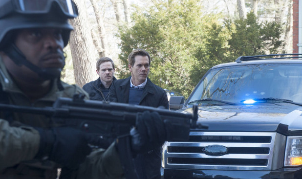 Weston (Shawn Ashmore) and Ryan Hardy (Kevin Bacon) prepare to storm the followers mansion in The Following S01E14: 'The End Is Near'