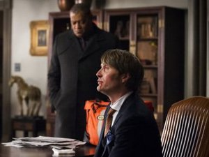 Laurence J. Fishburne III as Jack Crawford, Mads Mikkelsen as Dr. Hannibal Lecter in Hannibal S01E07: Fromage
