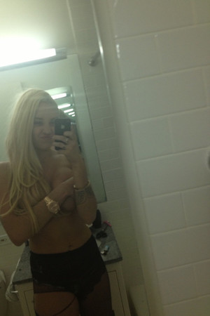 Amanda Bynes poses topless for a Twitter picture