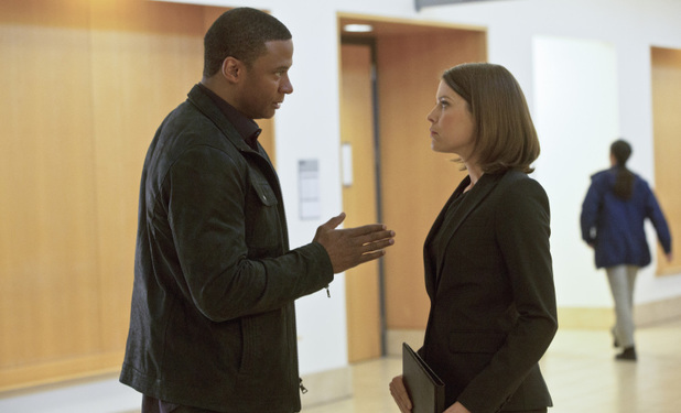 David Ramsey as John Diggle and Audrey Marie Anderson as Lyla Michaels in Arrow S01E20: 'Home Invasion'