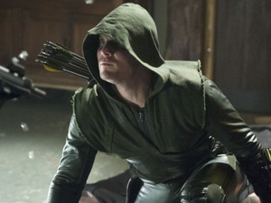 Stephen Amell as The Arrow in Arrow S01E21: 'The Undertaking'