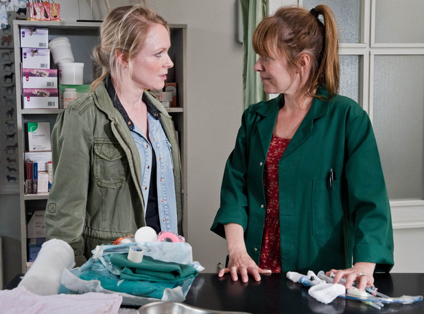 6567: Rhona struggles to help Val's dog and requires the help of Vanessa