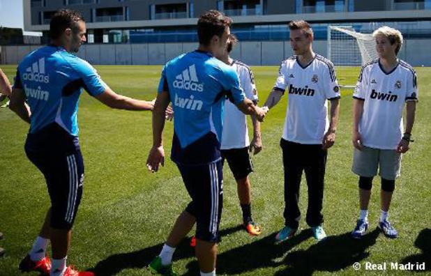 Karim Benzema & Mesut Özil shake hands with One Direction