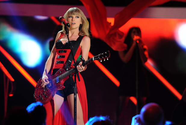 Taylor Swift performs at the CMT Music Awards 2013