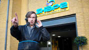 When Alan Partridge's radio station, North Norfolk Digital, is taken over by a new media conglomerate, it sets in motion a chain of events which see Alan having to work with the police to defuse a potentially violent siege.