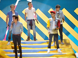 One Direction perform on stage at the Teen Choice Awards 2013