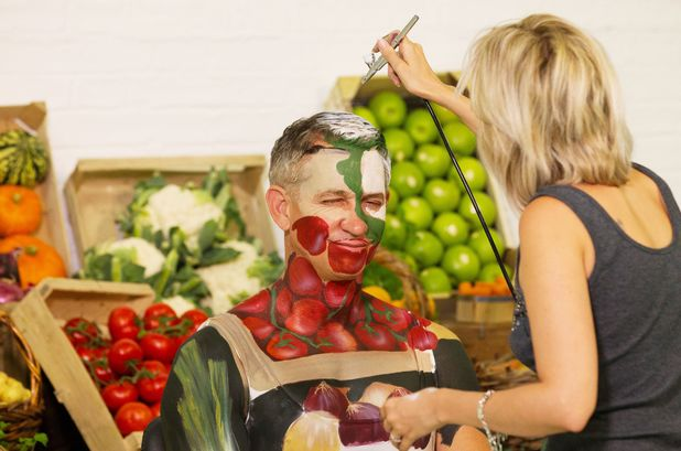 Gary Lineker is painted to blend in with a vegetable shelf for Walkers