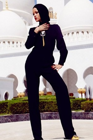 Rihanna poses outside the Sheikh Zayed Grand Mosque