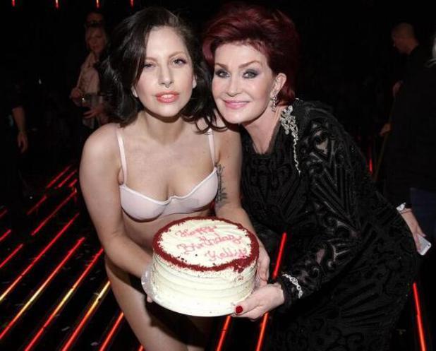 Lady Gaga presents Kelly's cake to Sharon Osbourne