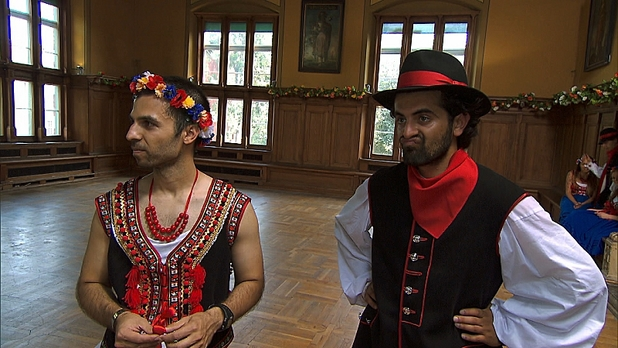 Leo and Jamal in Detour B in The Amazing Race: 'Get Our Groove On'