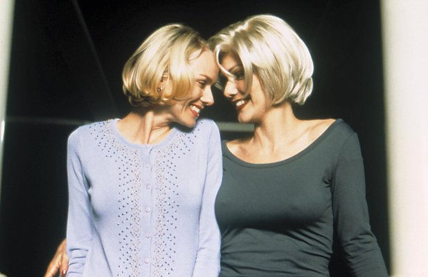 http://i2.cdnds.net/13/45/618x401/movies-mulholland-drive-naomi-watts-laura-harring.jpg