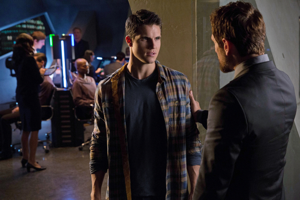 Robbie Amell as Stephen Jameson and Simon Merrells as The Founder in 'The Tomorrow People' S01E08: 'Thanatos'