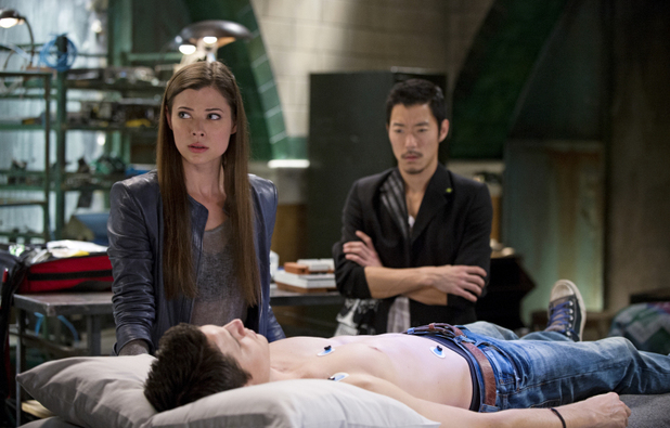 Peyton List as Cara Coburn, Robbie Amell as Stephen Jameson and Aaron Yoo as Russell Kwon in 'The Tomorrow People' S01E09: 'Death's Door'