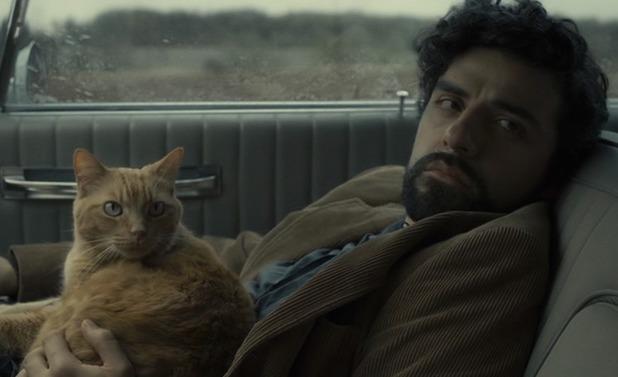 Oscar Isaac as Llewyn with the cat in Inside Llewyn Davis