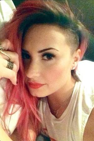 Demi Lovato shows off her new hairstyle