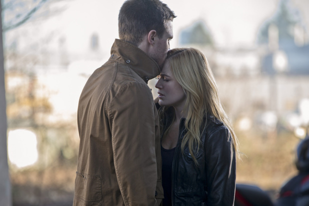 Caity Lotz as Sara Lance and Stephen Amell as Oliver Queen in 'Arrow' S02E16: 'Suicide Squad'