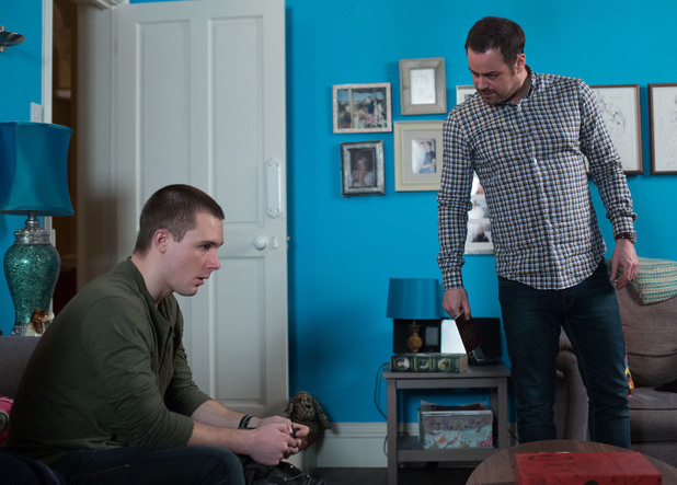 Lee's plans fall apart when Mick catches him preparing to abscond with the help of Stan.