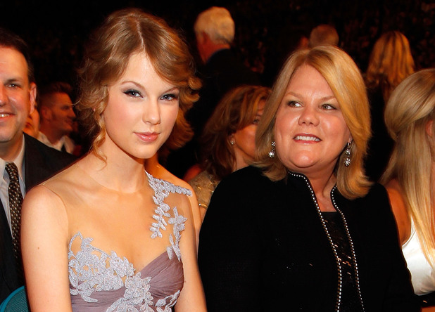 LAS VEGAS - APRIL 18: Taylor Swift and mother Andrea Swift pose from the audience at the 45th Annual Academy of Country Music Awards at the MGM Grand Garden Arena on April 18, 2010 in Las Vegas, Nevada. (Photo by Christopher Polk/ACMA2010/Getty Images for ACMA)