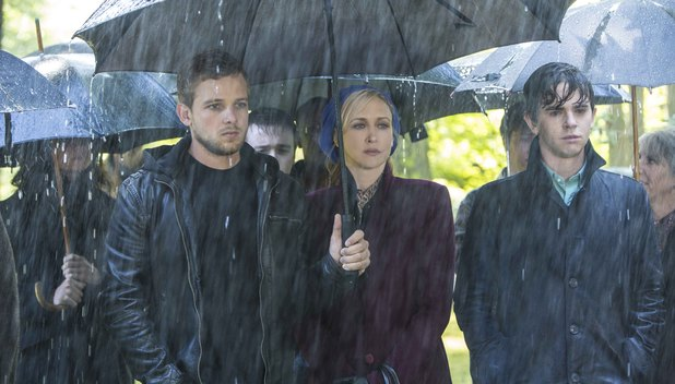 Max Thieriot, Vera Farmiga and Freddie Highmore in Bates Motel S02E01: 'Gone But Not Forgotten'
