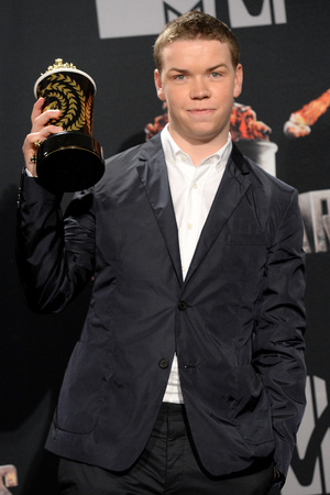Will Poulter poses with the Best Kiss award for 'We're the Millers' at the MTV Movie Awards