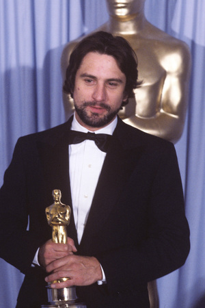 THE 53RD ANNUAL ACADEMY AWARDS - Backstage Coverage - Airdate: March 31, 1981. (Photo by ABC Photo Archives/ABC via Getty Images) ROBERT DE NIRO WITH BEST ACTOR OSCAR FOR 'RAGING BULL'