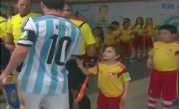 Lionel Messi leaves a child hanging before Argentina played Bosnia