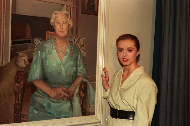 GLASGOW ARTIST ALISON WATT AT THE UNVEILING OF HER PORTRAIT OF THE QUEEN MOTHER AT THE NATIONAL PORTRAIT GALLERY, IN LONDON. THE PICTURE SHOWS THE QUEEN MOTHER IN INFORMAL POSE AT HER CLARENCE HOUSE RESIDENCE. Ref #: PA.1074588 Date: 03/08/1989