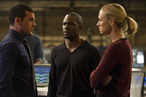 Gavin Leonard (Adam Sinclair), Erik Ritter (Gbenga Akinnagbe) and Kate Morgan (Yvonne Strahovski) in 24 Live Another Day: '8:00 P.M. - 9:00 P.M'