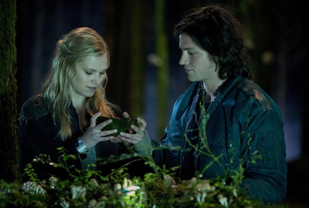 Clarke and Finn in The 100: Episode 1